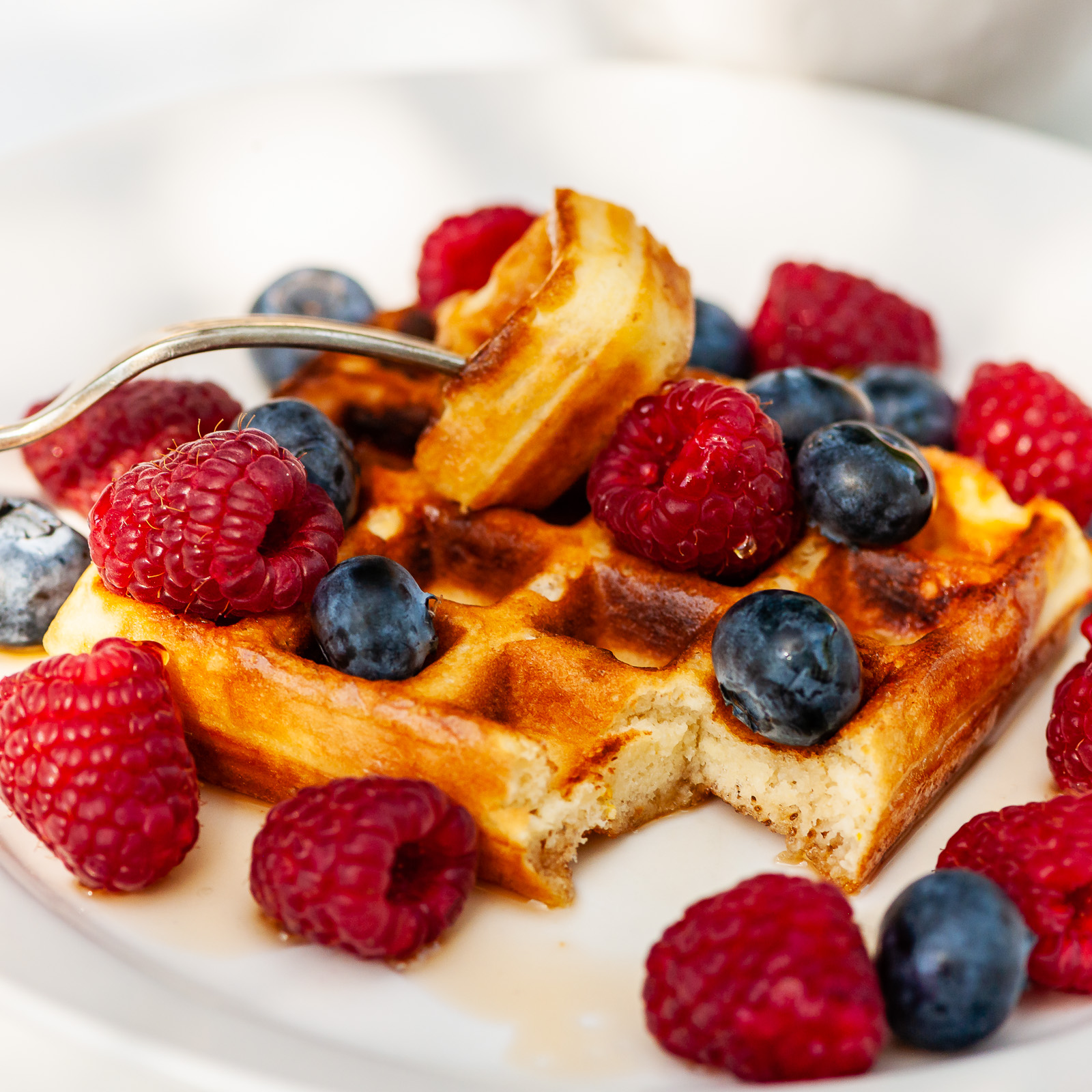 Breakfast outdoors on a beautiful summer's day. Home-made gluten free waffles with fresh fruit and maple syrup. Photography by Sue Todd Photography.